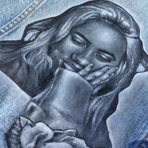 Handmålad Porträtt som ska föreställa Billie Eilish. Fint skick och tål 40grader tvätt. Tog runt 20 timmar att måla därav priset. Frakten är inräknad. En simpel men unik design på en snygg ljusblå jacka.