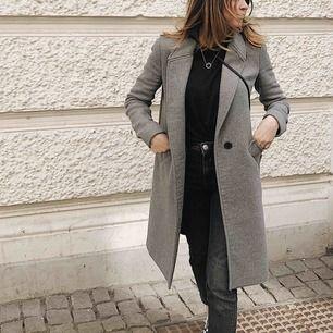 (Andra bilden visar färgen bäst) Supersnygg kappa ifrån Zara! Storlek XS/34. Använd men i bra skick. Möts helst upp i Göteborg men kan frakta om köparen står för fraktkostnad.
