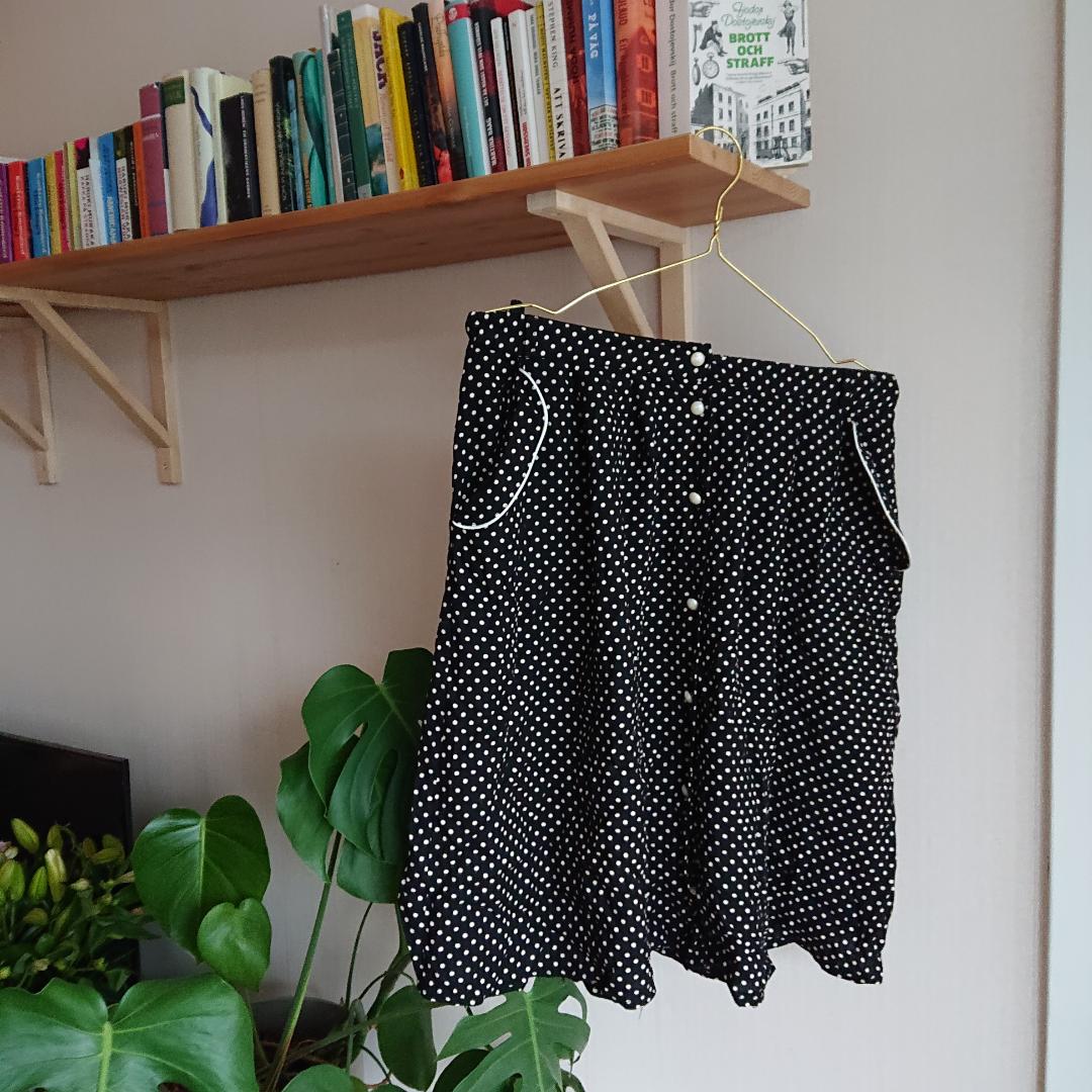 Prickig kjol i bra skick. Har en tillhörande skjorta/blus. . Kjolar.