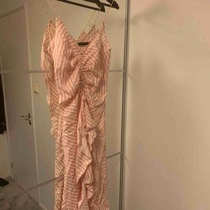 Superfin klänning från zara använd 1 gång. Frakt tillkommer