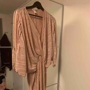 Superfin klänning från H&M använd 1 gång. Frakt tillkommer