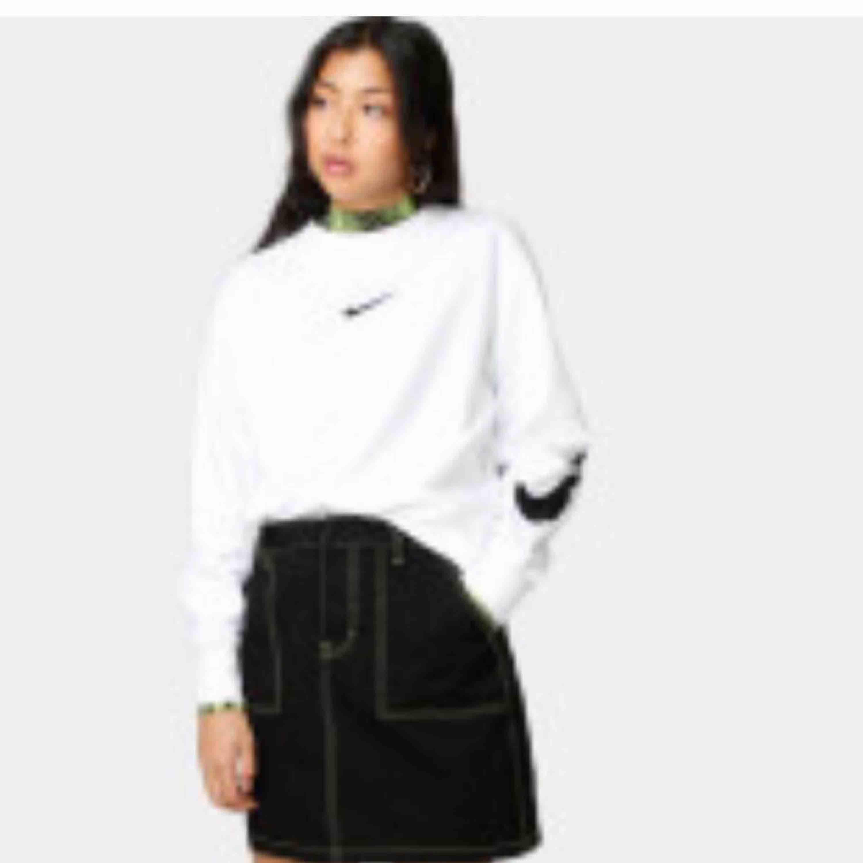 Nike sweatshirt köpt på junkyard för ca 400kr, nu croppad, kommer inte till användning tyvärr! Frakt inräknad i priset. Huvtröjor & Träningströjor.
