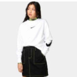 Nike sweatshirt köpt på junkyard för ca 400kr, nu croppad, kommer inte till användning tyvärr! Frakt inräknad i priset