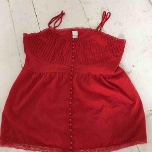 Jag säljer ett rött linne från märket 'Vila' i storlek L. Säljer pga för stor storlek (se bild) och har även bytt stil. Köparen står för frakt och betalningen sker via swish!☺️💞🦋