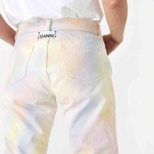 Säljer mina älskade Ganni jeans. Supersnygga med slits nertill. Använda 3 gånger, så i princip nyskick. Inköpta på Ganni's butik i Stockholm för 1900kr. Storlek 27 i midjan och jag är 168 cm för längd jämförelse.