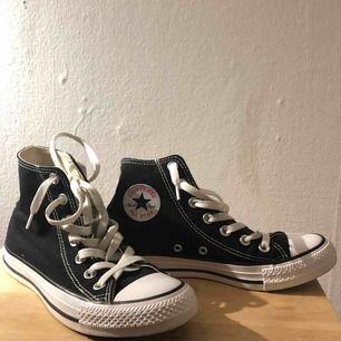 Nästan helt nya svarta converse! Säljer pgr av för små:(  Möts upp i Göteborg eller står köparen för frakt