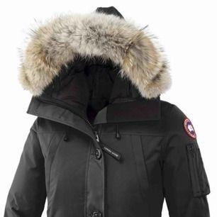Hej! säljer nu min Canada Goose jacka i modellen: montebello. Den är använd i 1 vinter så den är i ett fint skick, pälsen är äkta och medföljer i priset!  Storlek: XS men passar även S  Nypris: 7 999kr Mitt pris: 2600kr Spegeln är smutsig och inte jackan!