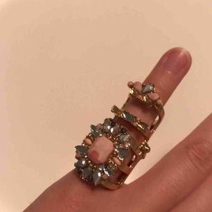 """Cool """"böjbar"""" ring !! Vet tyvärr inte storleken men ursnygg är den ! Tar swish ✨"""