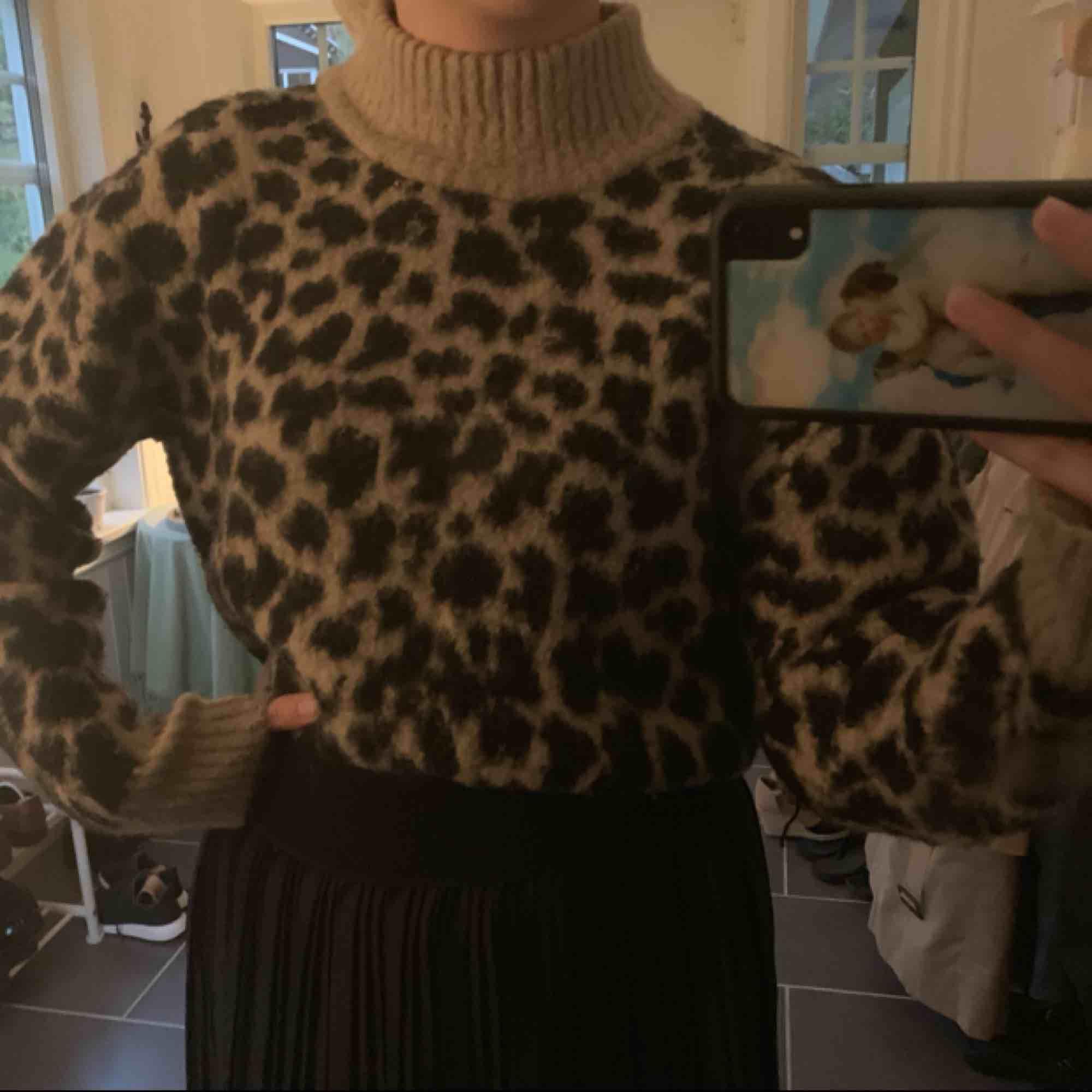 Skitmysig oversize tröja, passar till mycket 🐆 Frakten kostar 59kr  Nypris: 500kr   Jag ser inte kommentarer av nån anledning så kontakta om du undrar nåt! . Stickat.