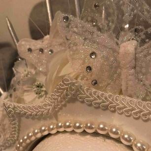 Supercoolt handgjort vitt hårband/flowercrown/krona/?? Perfekt för photoshoots !! Möts endast upp vid köp (Stockholm eller Strängnäs) meddela vid frågor 🌿✨