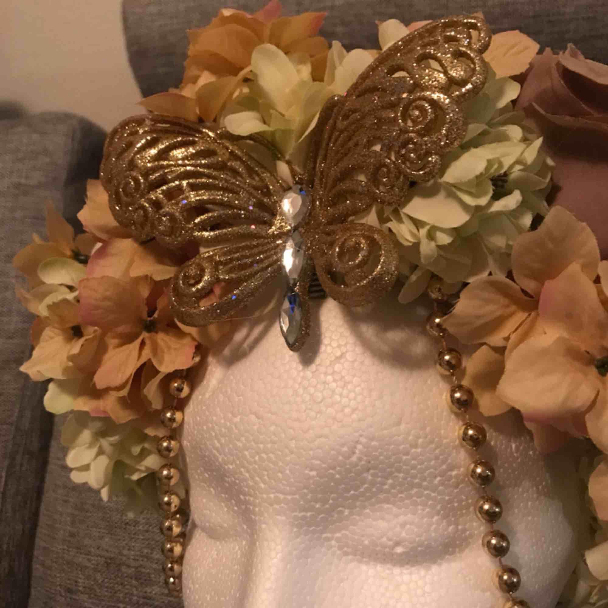 Handgjord smyckad flowercrown ✨🦋 perfekt för photoshoots !! Möts endast upp vid köp (Stockholm eller Strängnäs) meddela vid fler frågor 🌿✨. Accessoarer.