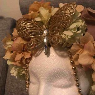 Handgjord smyckad flowercrown ✨🦋 perfekt för photoshoots !! Möts endast upp vid köp (Stockholm eller Strängnäs) meddela vid fler frågor 🌿✨