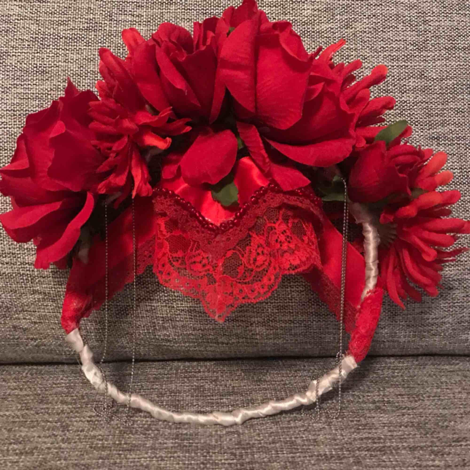 Suuuuperfin handgjord flowercrown - toppen till photoshoots 🌹🌹 Möts endast upp vid köp (Stockholm eller Strängnäs) meddela vid fler frågor 🌿✨. Accessoarer.