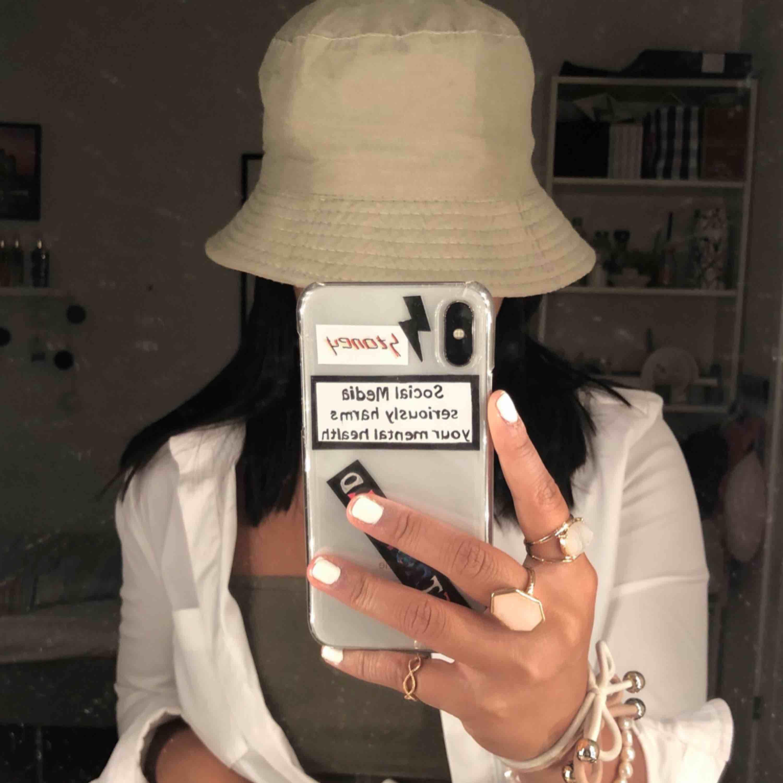 skitsnygg tvåsidig beige buckethat 💕💖 näst intill oanvänd!! vid snabb affär kan frakt & sänkt pris ingå . Accessoarer.