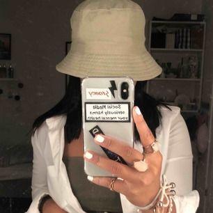 skitsnygg tvåsidig beige buckethat 💕💖 näst intill oanvänd!! vid snabb affär kan frakt & sänkt pris ingå