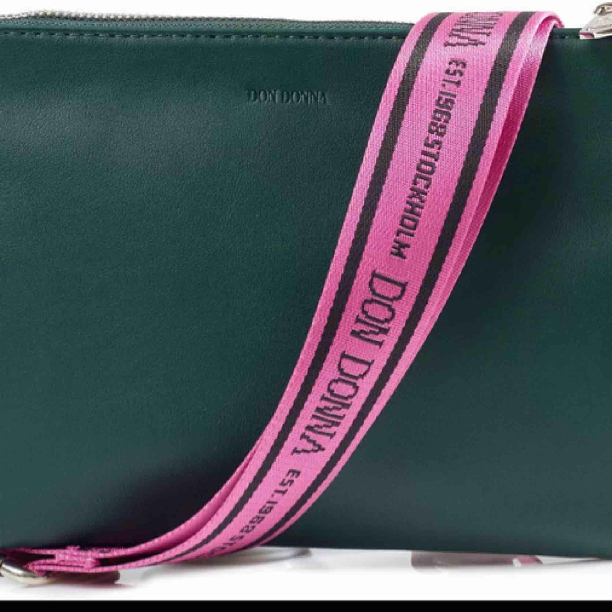 Favvo väskan säljs pga köpt ny! Den rosa axelremmen tillhör men har en svart jag kan lägga till för 50kr 🥰 fint skick.  Frakt: 56kr  OBS: svarta bandet är sålt . Accessoarer.