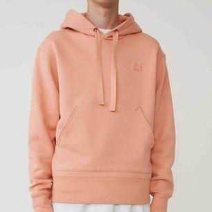 Säljer min Acne ferris face hoodie, inköpt för 3200kr i Acnes butik. Den har en fläck (carmex) på framsidan. Pris kan diskuteras vid snabb affär. Frakt är inkluderat i priset.