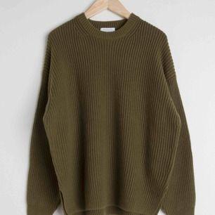 Stickad tröja från & other stories. Inköpt förra hösten men anvönd sparsamt. Egna bilder kan fixas vid intresse :)