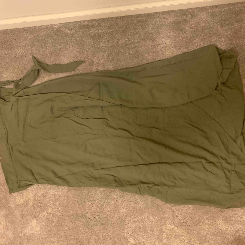 Superfin grön omlott kjol från H&M använd ett handfull gånger. Frakt tillkommer. Kjolar.