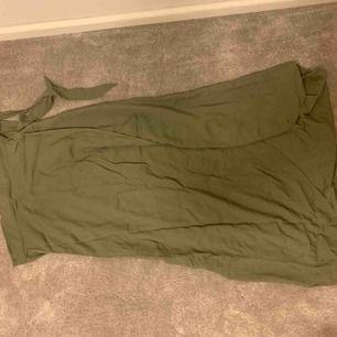 Superfin grön omlott kjol från H&M använd ett handfull gånger. Frakt tillkommer