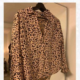Leopardmönstrad skjorta från H&M. Använd ett handfull gånger. Frakt tillkommer