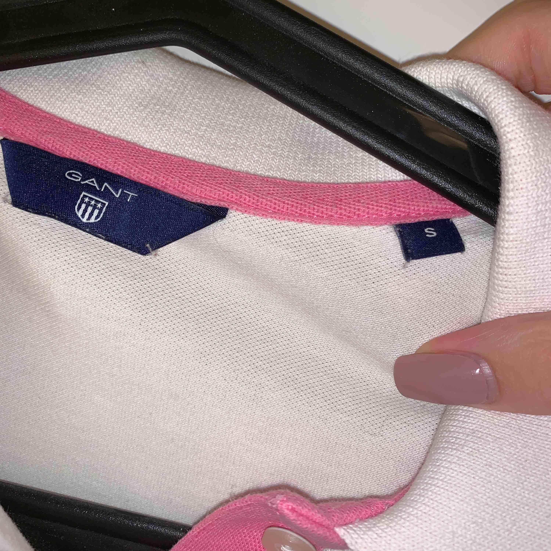 Vit piké med rosa detaljer från GANT, använd några gånger så den är i bra skick. T-shirts.