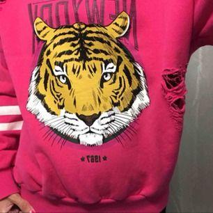 Rosa sweatshirt med slitningar från Gina tricot strl S, använd men fortfarande i fint skick. Säljes då den inte används längre