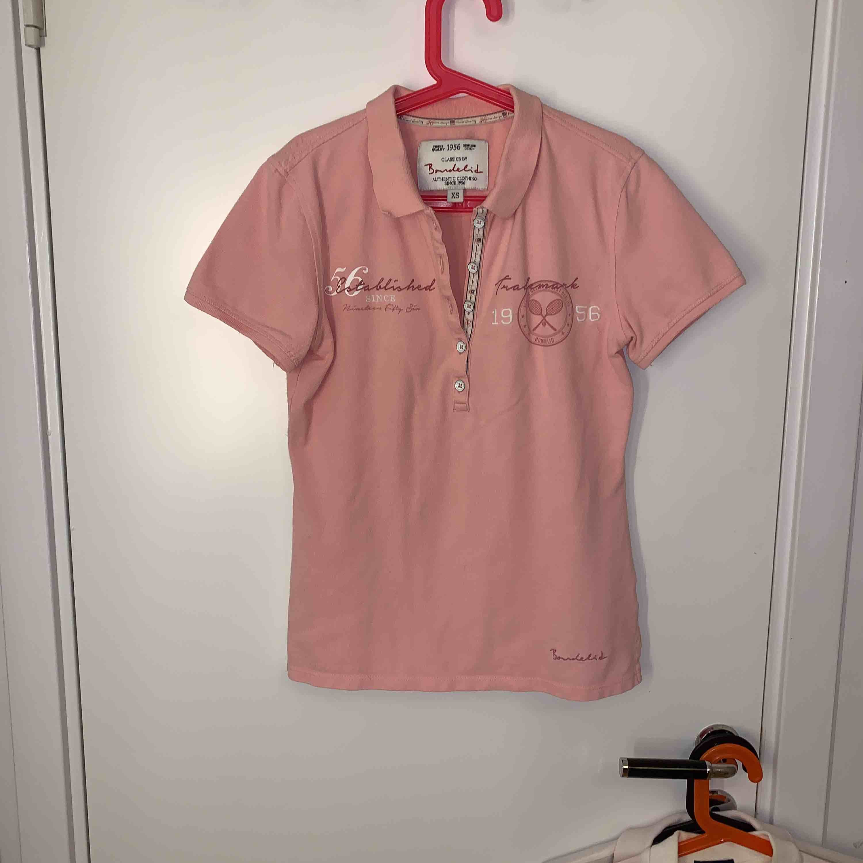 Rosa piké från Bondelid, väl använd men superbra skick! Storlek XS. T-shirts.