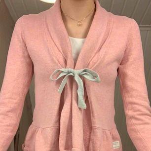 Jättefin rosa och grå kofta från Odd Molly, storlek 1 (ungefär som XS/S). Väl använd med väldigt bra skick, köpt på Odd Molly butiken i Täby C.