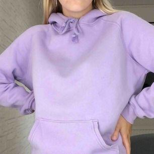 Mysig lila hoodie från Bik Bok. Knappt använd och i bra skick. Mysigt material på insidan och lagom tjock. Frakt tillkommer ☀️💜