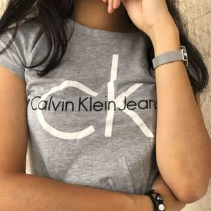 Ljusgrå t-shirt från Calvin Klein köpt i deras butik i Miami för ca ett år sen🖤 Enkel och stilren, passar bra för att piffa upp vardagsoutfiten!⚡️ Använd ett par gånger men fortfarande väldigt gott skick samt kvalité💫 Eventuell frakt står köparen för🖤