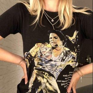 """Riktigt cool vintage tröja av Michael Jackson (med ett citat från """"Heal the world""""). Sitter riktigt snyggt på! Står storlek 140/146, men passar mig som har XS. Frakt tillkommer ✨"""