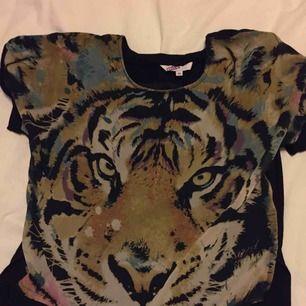 T-shirt med tigertryck 🐅Svart på ryggen. Från MIX. Aldrig använd, har endast legat i garderoben.