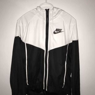 Helt oanvänd Windrunner från Nike. Köptes för ett år sedan för 800kr och har aldrig kommit till användning. Frakt ingår INTE i priset (jag bor i Halmstad). Skicka ett meddelande privat för fler bilder, frågor, eller eventuell budgivning.
