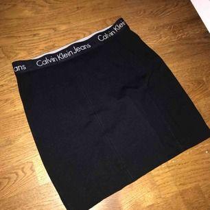 Helt oanvänd kjol från Calvin Klein. Originalpris 780kr. Skriv ett privat meddelande för fler bilder, frågor eller eventuell budgivning.