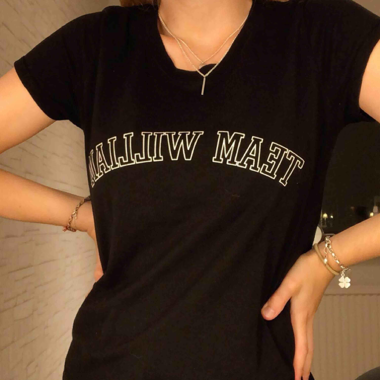 """Väldigt basic t-shirt från Gina tricot. Står """"Team William"""" på t-shirten. Nästan aldrig använd. Står storlek S men passar också XS. Frakt tillkommer ✨. T-shirts."""