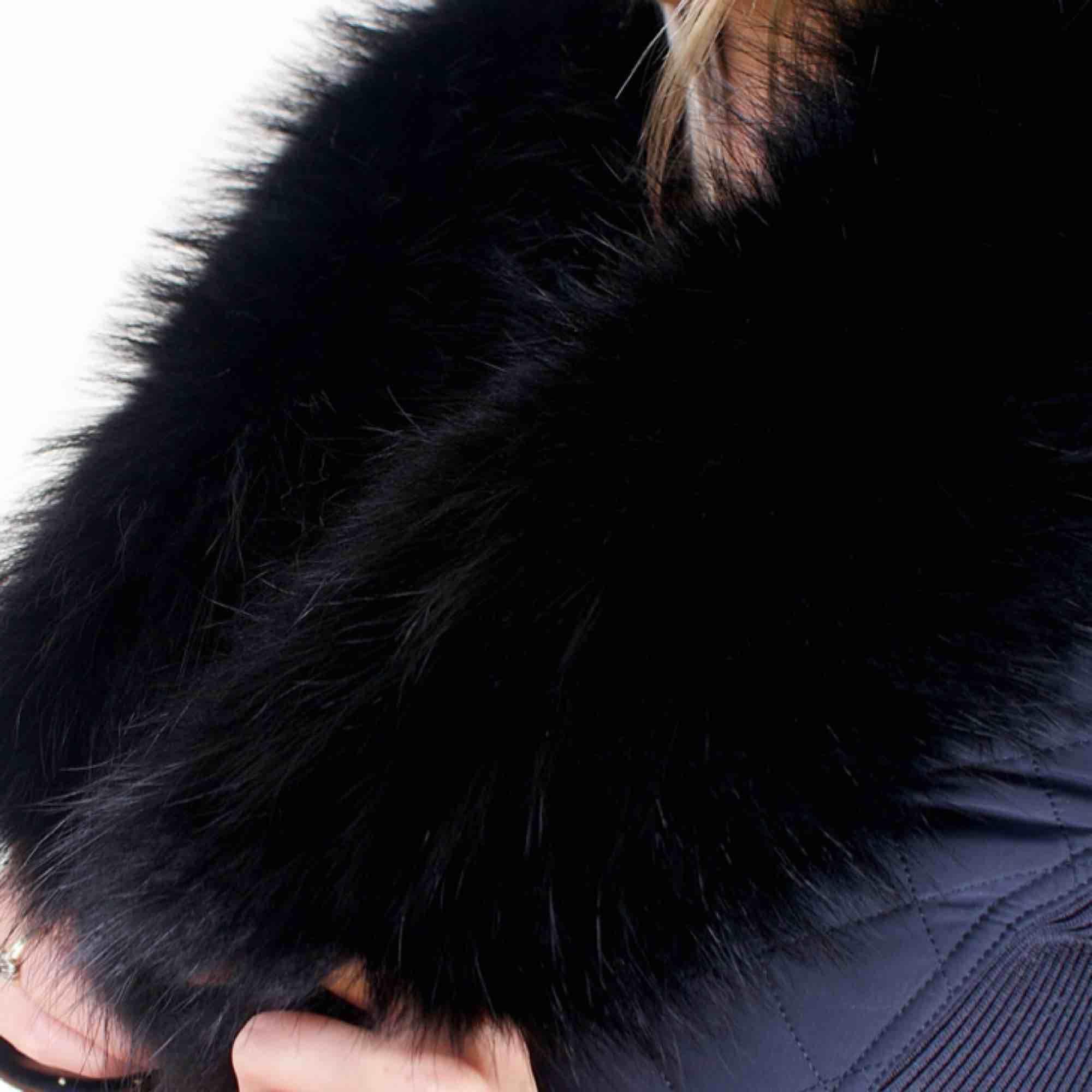 Äkta stor pälskrage i tvättbjörn päls. Den är rätt bred och fluffig, har också 2 klämmor vid varje ende för att sätta fast den på jackor/kappor. Använd några gånger men i fint skick. Köpt för 1900kr plus frakt osv . Accessoarer.