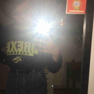 En mörkblå croppad sweatshirt med gul text💛 Använd några få gånger o väldigt bra kvalitet, köpt på Beyond Retro för ca 200kr.