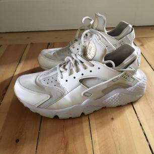 Nike Huarache i vit/offwhite. Stl 40 men små i storleken och upplevs mer som 39or. Frakt 63 kr.