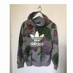 Adidas hoodie storlek 38, liten i storleken så passar S/XS. Sparsamt använd så tröjan är i fint skick. Nypris ca 700kr :)