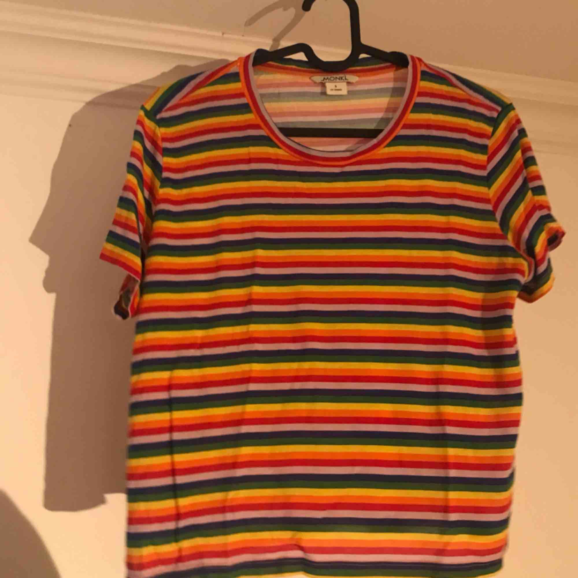 🌈 Monki t-shirt, oanvänd och i nyskick.  Frakten ingår!. T-shirts.