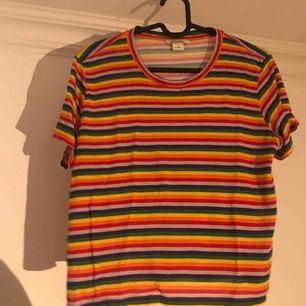 🌈 Monki t-shirt, oanvänd och i nyskick.  Frakten ingår!