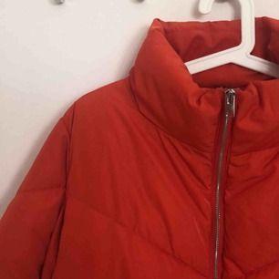 Säljer denna jackan från hm i storlek XS, men som sitter bra på mig som vanligtvis har S/M. Använd 1 gång så den är i väldigt bra skick. (Kunden står för frakten)