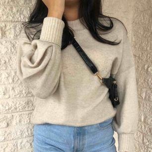 Stickad beige tröja från Gina Tricot💛 Storlek XS men passar mer till S-M enligt mig. Utmärkt till sensommaren och hösten! Använd ett fåtal gånger men fortfarande i gott skick🌙✨ Eventuell fraktkostnad tillkommer💛