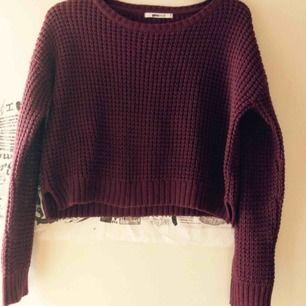 Vinröd stickad tröja från Gina. Den är croppad och i stl M. Säljs inte länge på Gina. Endast provad då jag köpte den längre tröjan istället. Priset är inkl frakt 🌸