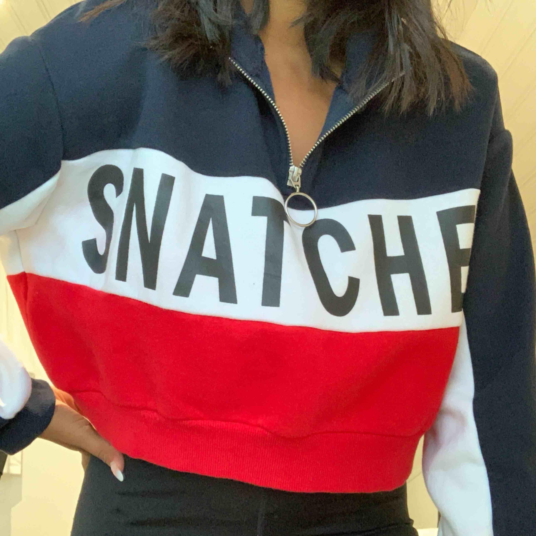 """en superfin blå, vit & röd tröja som det står """"snatched"""" på! använd 2 gånger som max. Tröjor & Koftor."""