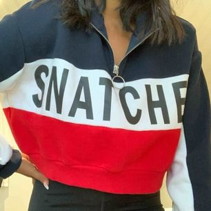 "en superfin blå, vit & röd tröja som det står ""snatched"" på! använd 2 gånger som max"