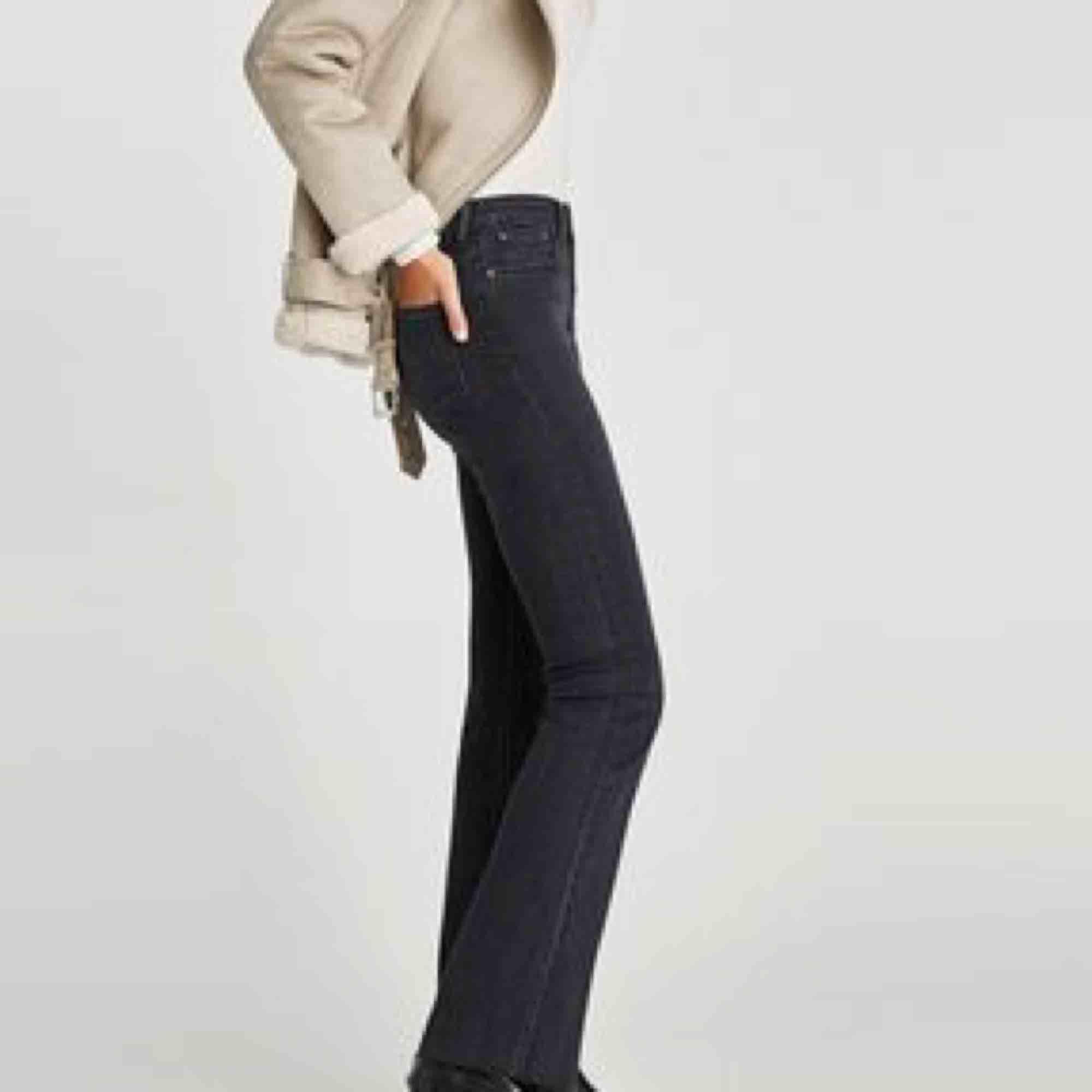 Snygga flare/bootcut jeans från zara i storlek 34! Dom är lågmidjade och har en sliten gråsvart färg. Använda fåtal gånger 💛 köparen står för frakt . Jeans & Byxor.