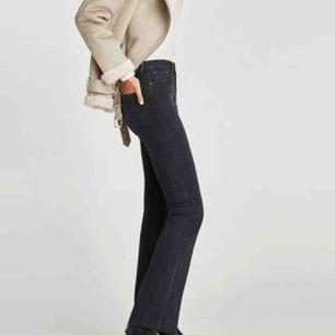Snygga flare/bootcut jeans från zara i storlek 34! Dom är lågmidjade och har en sliten gråsvart färg. Använda fåtal gånger 💛 köparen står för frakt