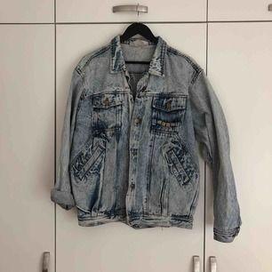Snygg retro jeansjacka med mycket detaljer.  Använd men i fint skick! Storlek M (herr)  Kan hämtas i centrala Göteborg, kan även skickas men då tillkommer kostnad för porto.